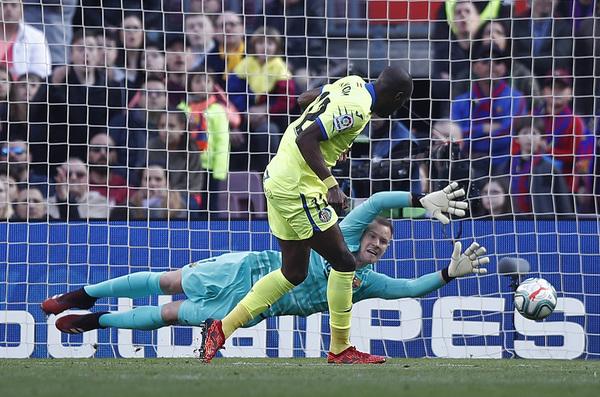 Así marcó Nyom el gol anulado por falta sobre Umtiti