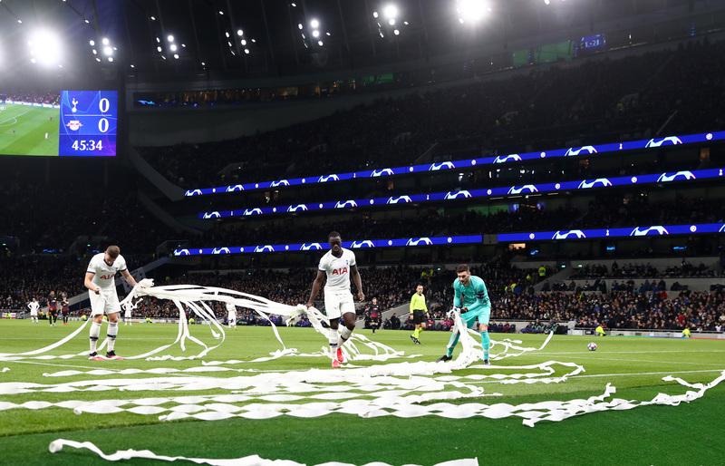 El partido se detuvo durante un minuto tras el lanzamiento de rollos de papel higiénico desde la grada donde están los hinchas del Leipzig.