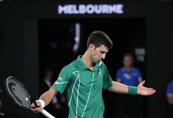Novak Djokovic se ha mosqueado de repente, sin motivo aparente. Ya antes de sufrir el break andaba cabreado FOTO: AP