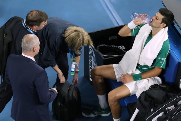 Atención médica a Novak Djokovic FOTO: AP
