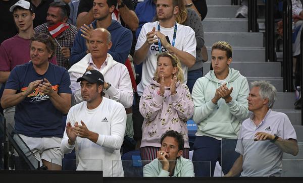 El entrenador chileno Nicolás Massú al frente en el box de familiares de Dominic Thiem, en su primera final en Australia, tercera de Grand Slam FOTO: AP