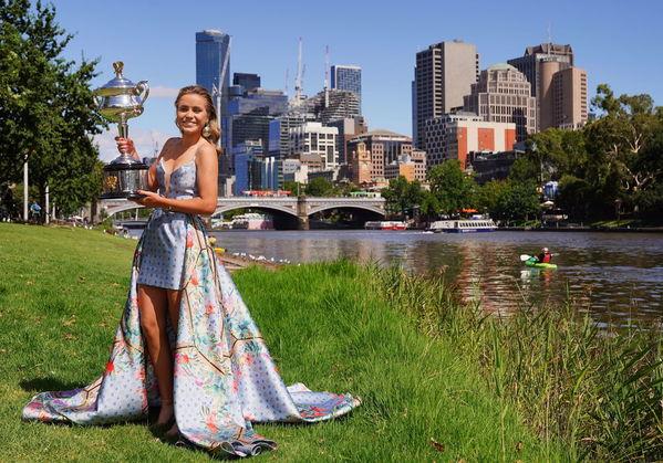 Sofia Kenin ha posado hoy en Melbourne con el trofeo de campeona FOTO: EFE