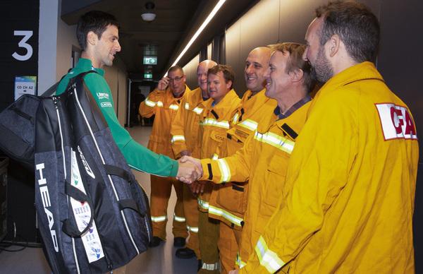 Novak Djokovic saluda a los bomberos, homenajeados antes de la final por su lucha contra los incendios FOTO: AP