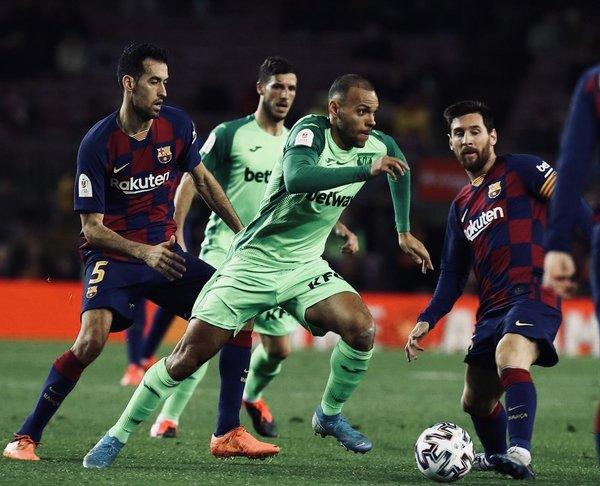 Braithwaite, entre Messi y Busquets como rivales. Hoy ya son compañeros FOTO: @MartinBraith