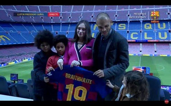 La familia Braithwaite, al completo. A su hija parece gustarle el número que va a llevar su padre FOTO: BARÇA TV
