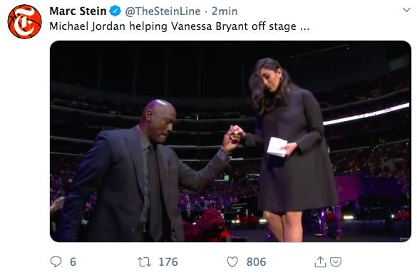 MICHAEL JORDAN aiuta VANESSA BRYANT a scendere dal palco al termine del suo discorso