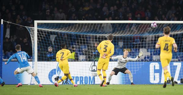 El gol de Mertens, que supuso el 1-0 para en Nápoles en el minuto 30 FOTO: PERE PUNTÍ