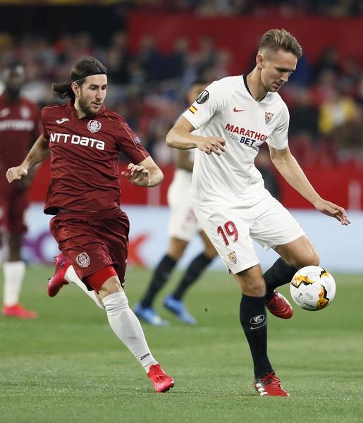 Luuk de Jong tuvo la mejor ocasión del Sevilla con un remate de cabeza FOTO: EFE