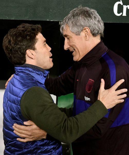 Rubí, técnico del Betis, y Setién, entrenador del Barcelona, se saludan antes del partido FOTO: EFE