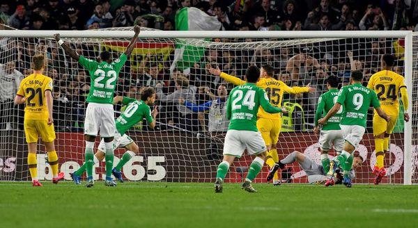 Canales, en el momento de marcar el 1-0 para el Betis de penalti FOTO: EFE