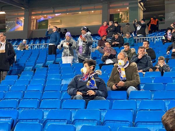 Aficionados del Real Madrid, con máscaras, se protegen del coronavirus en las gradas del Santiago Bernabéu FOTO: PERE PUNTÍ