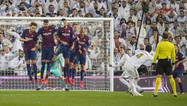 Ramos intenta superar la barrera del Barça en un lanzamiento de falta FOTO: PERE PUNTÍ