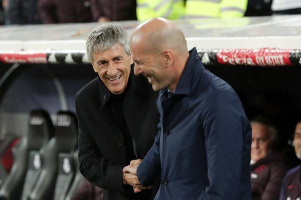 Setién y Zidane se saludan tras el descanso (FOTO: GETTY)