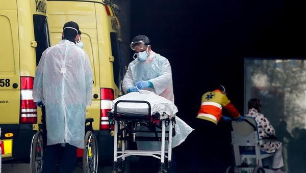 Personal medico porta un paciente en el Hospital de Bellvitge en L'Hospitalet (Barcelona) (Quique García - Quique García / EFE)