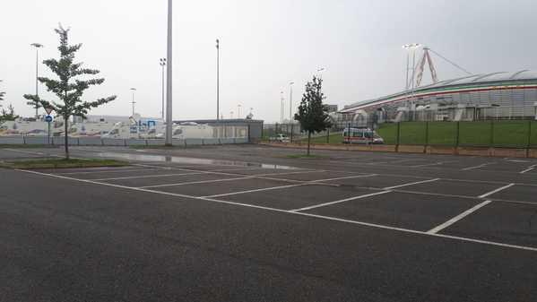 Ricomincia il calcio, ancora però senza tifosi. Si gioca a porte chiuse, con un massimo di 300 persone ammesse allo stadio. Questo l'Allianz Stadium a poco più di due ore dal calcio d'inizio