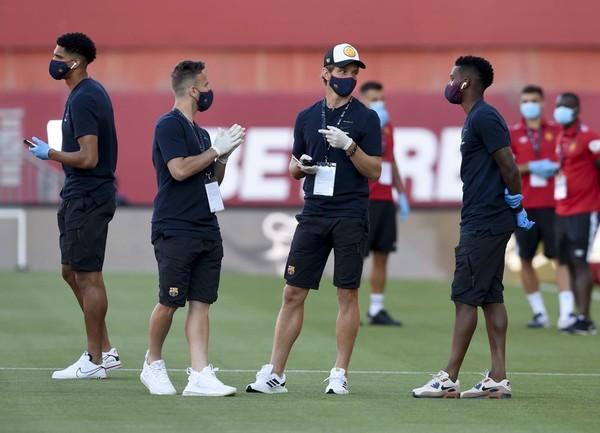 Los jugadores del Barça, en la previa del partido FOTO: MANEL MONTILLA