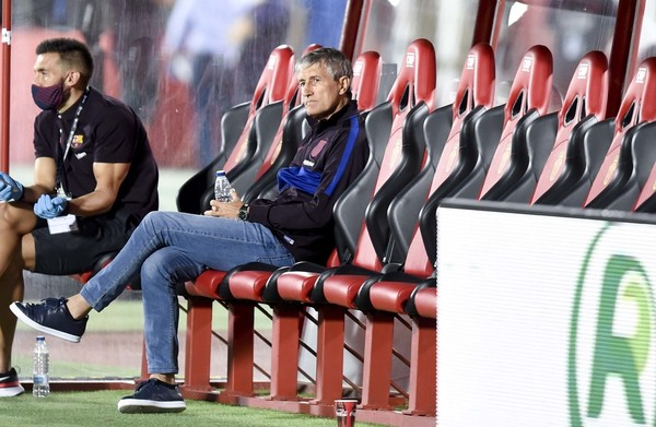 Quique Setién, entrenador del Barça, y su segundo, en el banquillo del Mallorca Visit Stadium FOTO: MANEL MONTILLA