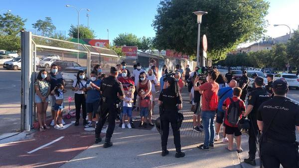 Aficionados del Barça, con mascarilla, aguardan la llegada del equipo al Mallorca Visit Stadium FOTO: MANEL MONTILLA