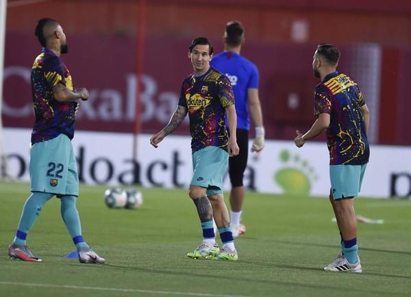 Messi, durante el calentamiento antes de medirse al Mallorca FOTO: MANEL MONTILLA
