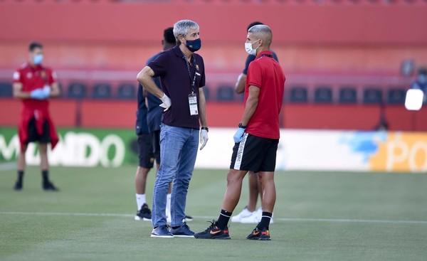 Quique Setién, técnico del Barça, charla con Salva Sevilla, centrocampista del Mallorca FOTO: MANEL MONTILLA
