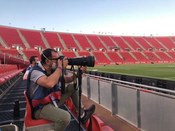 Nuestro compañero Manel Montilla, uno de los fotógrafos acreditados por LaLiga para cubrir el Mallorca-Barça