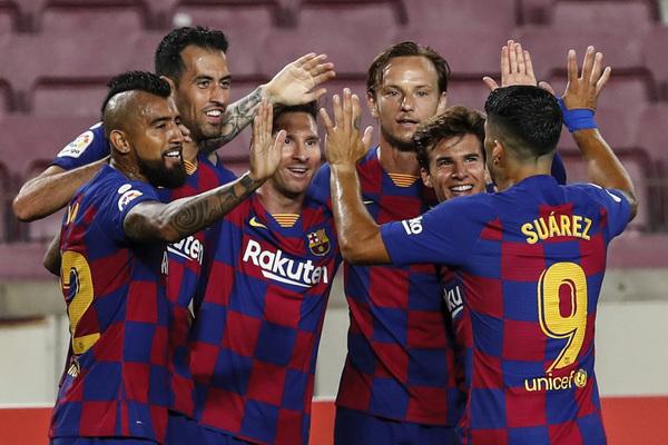 Los jugadores del Barça se abrazan tras lograr el primer gol