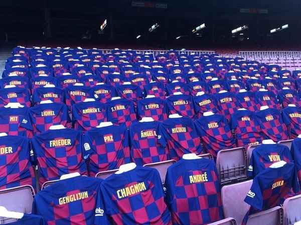 3000 camisetas darán color esta noche a las gradas del Camp Nou. Son el resultado de la iniciativa solidaria que puso el Barça en marcha para recaudar fondos. Foto: Manel Montilla
