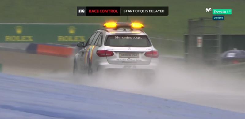 Ahora es el coche médico el que sale a pista a explorar las condiciones del trazado. ¿Resultado? Mojado, porque llueve.