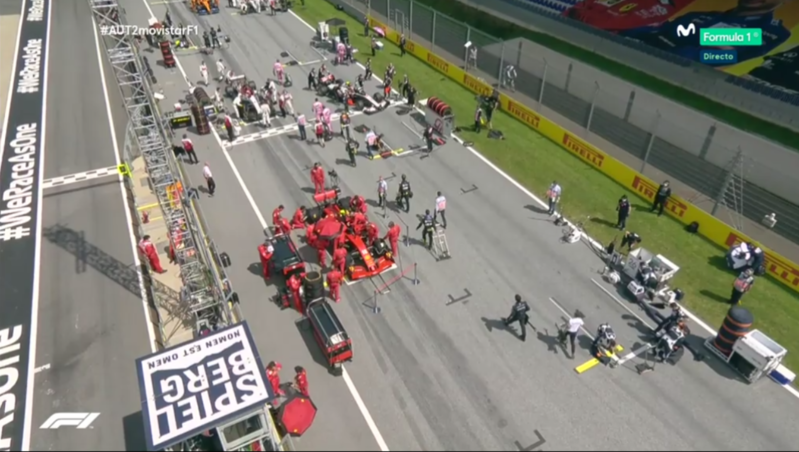 Van llegando ya los primeros monoplazas a la parrilla de salida del Red Bull Ring. 20 minutos para que se apaguen los semáforos.