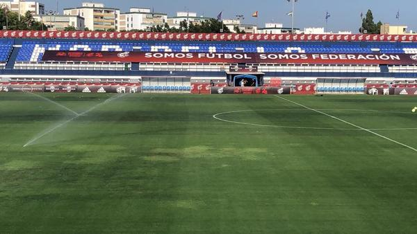 El estadio Lorenzo Cuevas está siendo regado continuamente FOTO: MANEL MONTILLA