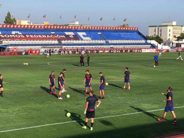 Los jugadores del Barça B, durante el calentamiento FOTO: MANEL MONTILLA