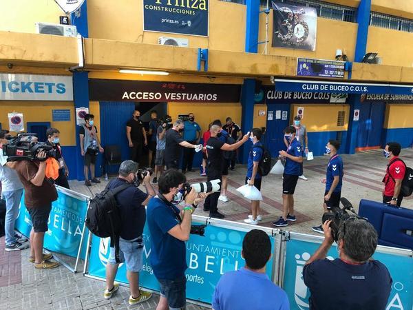 Los jugadores del CE Sabadell pasan el control de temperatura antes de entrar al estadio FOTO: MANEL MONTILLA