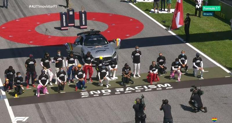LA IMAGEN. Unos arrodillados, otros no, pero todos con camisetas que dejan claro el compromiso de la F1 para acabar con el racismo.
