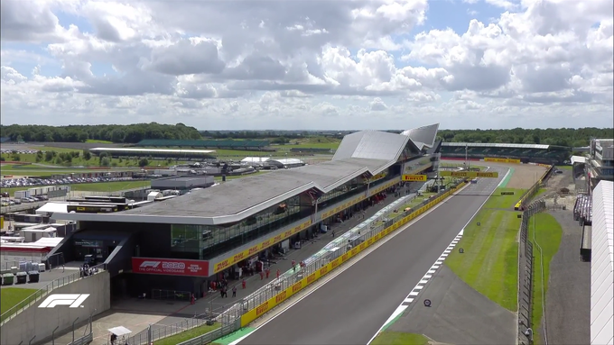 Silverstone, preparado para la qualy. Algunas nubes rodean el circuito, pero no hay amenaza de lluvia. (@F1)