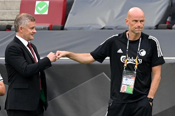 El saludo entre Solskjaer y Solbakken. Los técnicos coincidieron en la selección noruega en su etapa de jugadores.