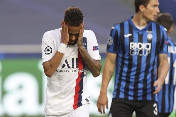 Neymar se lamenta tras errar la ocasión más clara del partido en el minuto 3'.