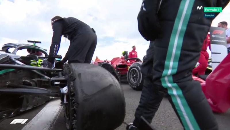 Hamilton ha ganado cruzando la línea con una rueda ASÍ