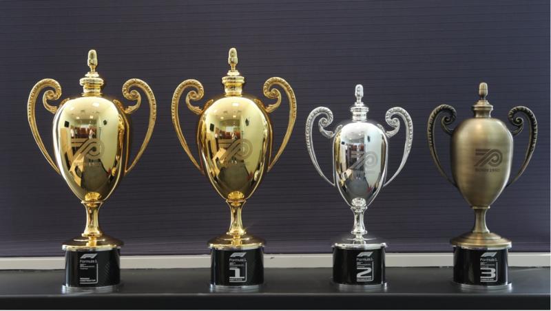 Los trofeos que se darán a los ganadores del GP de hoy están inspirados en los que se dieron en la primera carrera de la F1 hace 70 años. Muy bonitos. (@F1)
