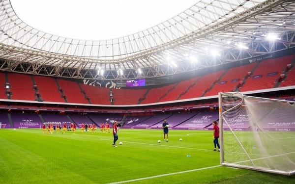 Impresionante el estadio de San Mamés con las jugadoras ya calentando FOTO: FCB