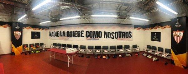 Así luce el vestuario del Sevilla en el estadio del Colonia.