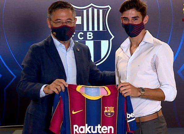 Josep Maria Bartomeu y Trincao tras la firma del portugués FOTO: FCB