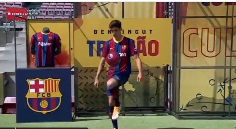 Trincao, con el balón en un Camp Nou sin público, por la pandemia, y sin céspedm por las obras