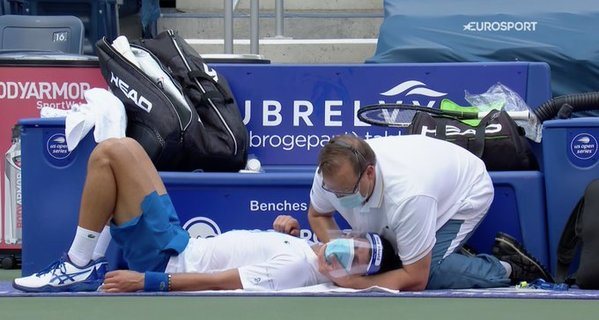 Novak Djokovic, atendido del cuello por el fisioterapeuta ATP FOTO: TWITTER