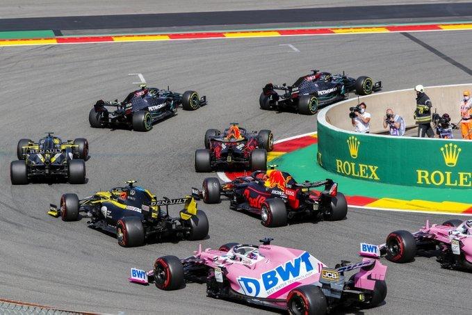 La primera curva del GP, en imagen. (@MercedesAMGF1)