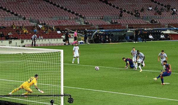 Suárez, en el momento de lanzar el penalti que significaba el 3-0 FOTO: GETTY