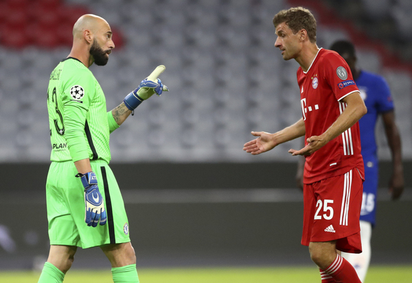 Caballero y Müller discuten durante el partido.