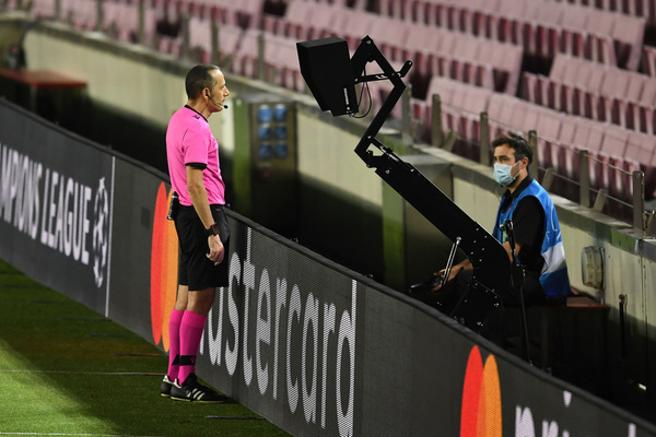 El árbitro revisa la acción del penalti de Koulibaly sobre Messi y lo acaba señalando FOTO: GETTY