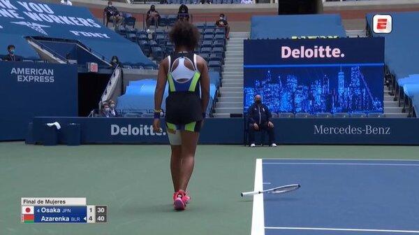Naomi Osaka descargó su frustración estrellando la raqueta contra el suelo FOTO: TWITTER