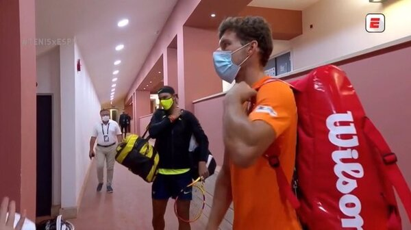 Rafa Nadal y Pablo Carreño, con mascarilla en el acceso a la cancha.