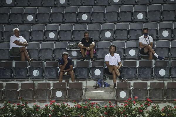 El team Nadal, preocupado. Desde el padre Sebastià, a los técnicos Roig y Moyà y el fisio Maymó FOTO: EFE